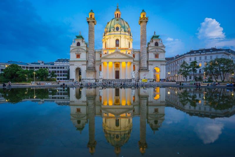 Zmierzch przy St Charles kościół w Wiedeń, Austria zdjęcia royalty free
