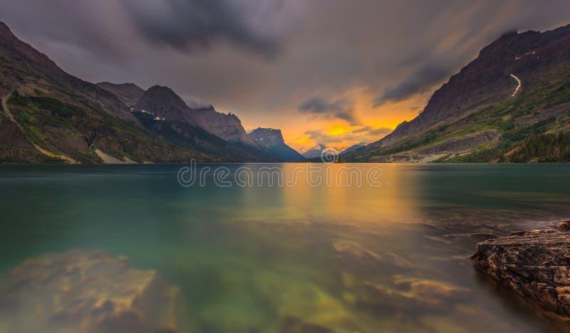 Zmierzch przy St. Maryjnym jeziorem, lodowa park narodowy, MT fotografia royalty free
