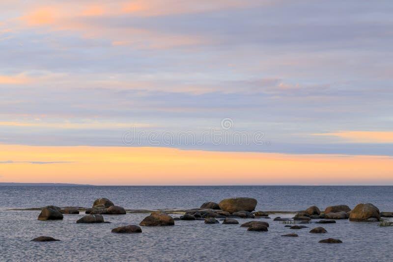 Zmierzch przy stoney seashore obraz royalty free