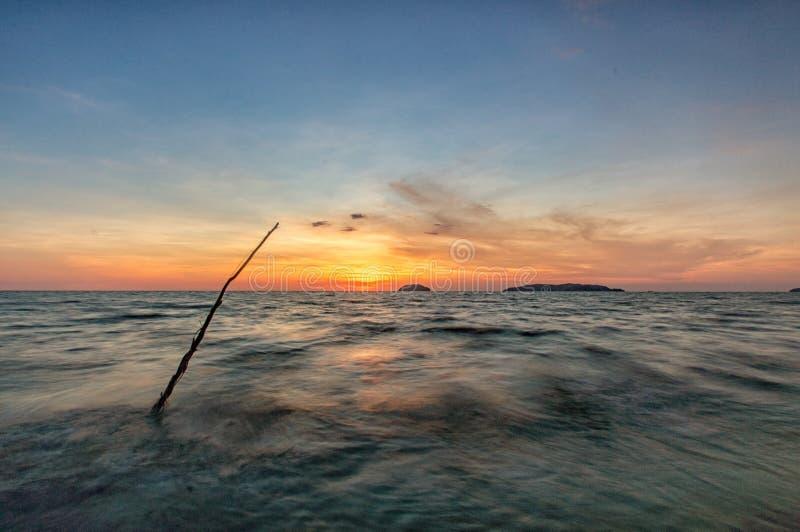 Zmierzch przy Tanjung Aru plażą obraz stock