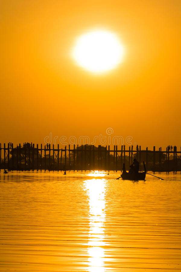Zmierzch przy U Bein Teakwood mostem, Amarapura w Myanmar (Burmar obrazy stock