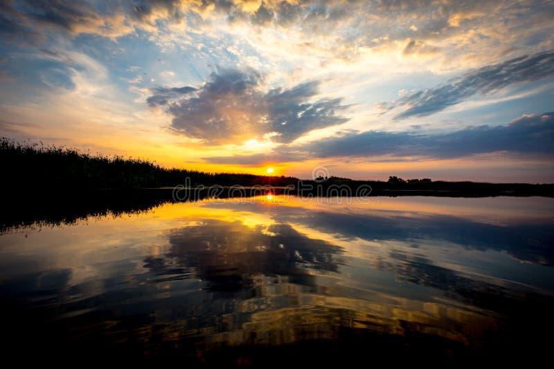 Zmierzch scena na jeziorze zdjęcia royalty free