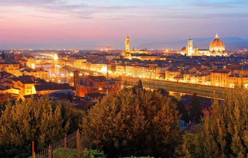 Zmierzch sceneria od Piazzale Michelangelo kwadrata w Florencja z Ponte Vecchio mostem nad Arno rzeką zdjęcie stock