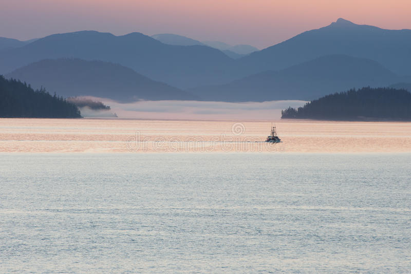 Zmierzch w Alaska z łodzią na wodzie zdjęcia royalty free