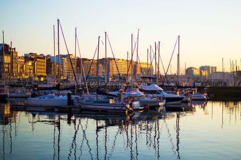 Zmierzch w doku Gijon, Asturias, Hiszpania Odbicia łodzie w wodzie obraz stock