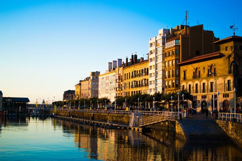 Zmierzch w doku Gijon, Asturias, Hiszpania, z odbiciami budynki w wodzie miejsca si? odpr??y? obraz royalty free