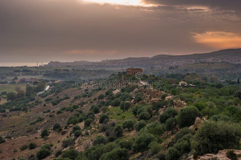 Zmierzch w dolinie świątynie w Agrigento w Sicily obrazy royalty free