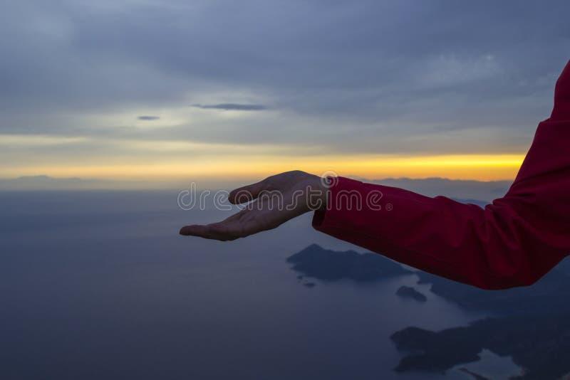 Zmierzch w górach przegapia morze Ręka rozciągająca wzdłuż horyzontu zdjęcia royalty free