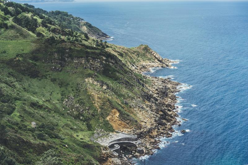 Zmierzch w halnym natury perspektywy krajobrazie Zielonej doliny wyspa na tła niebieskim niebie, chmury, denny ocean Panorama hor zdjęcia stock
