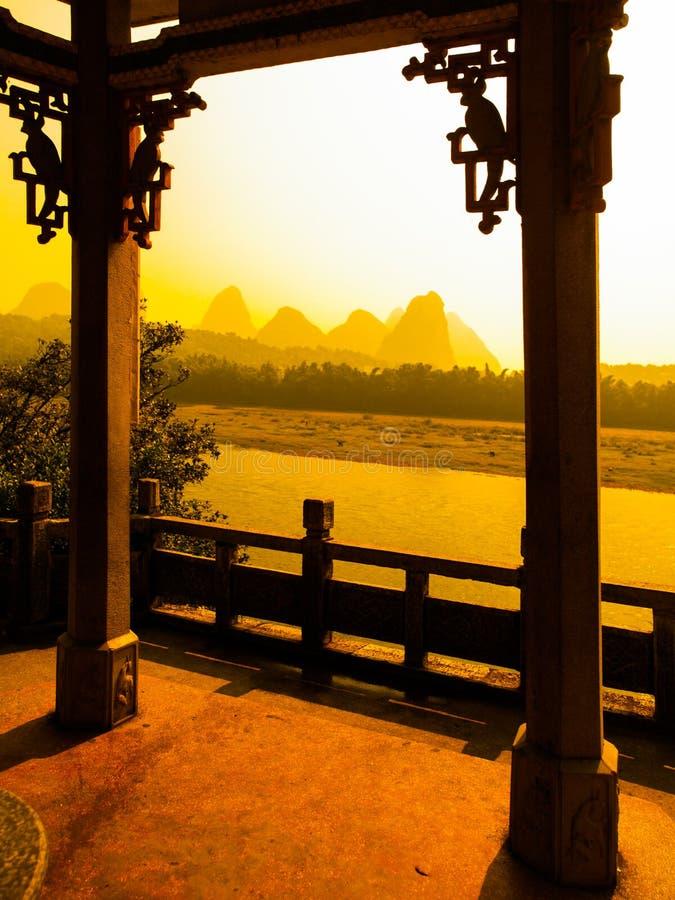 Zmierzch w krasu krajobrazie wokoło Yangshuo Li rzeka z szczyt sylwetkami, Guangxi prowincja, Chiny Widok od tarasu zdjęcie stock