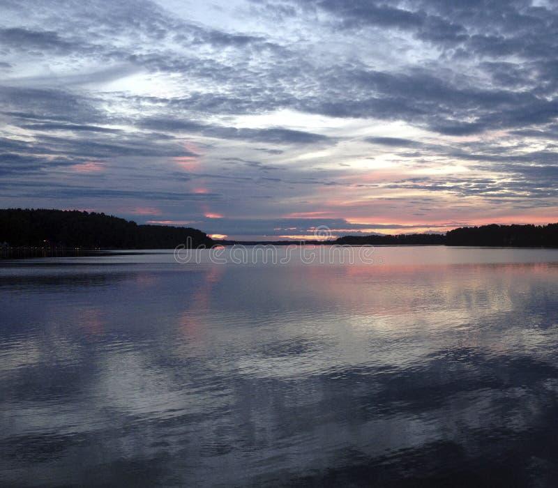 Zmierzch w lasowym jeziorze zdjęcia royalty free