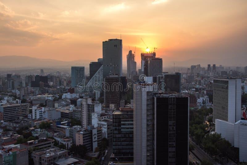 Zmierzch w Meksyk z widokiem ruchu drogowego i budynków przy Paseo De Los angeles Reforma zdjęcie royalty free