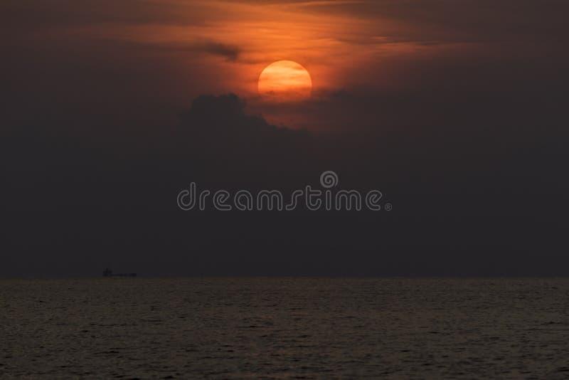 Zmierzch w morzu który statek, łódkowatego lądowanie na morzu/ zdjęcia stock