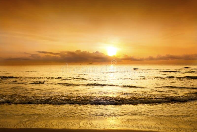 Zmierzch w mrocznym czasie z niebo kolorem żółtym i pomarańczowym koloru ove obrazy royalty free