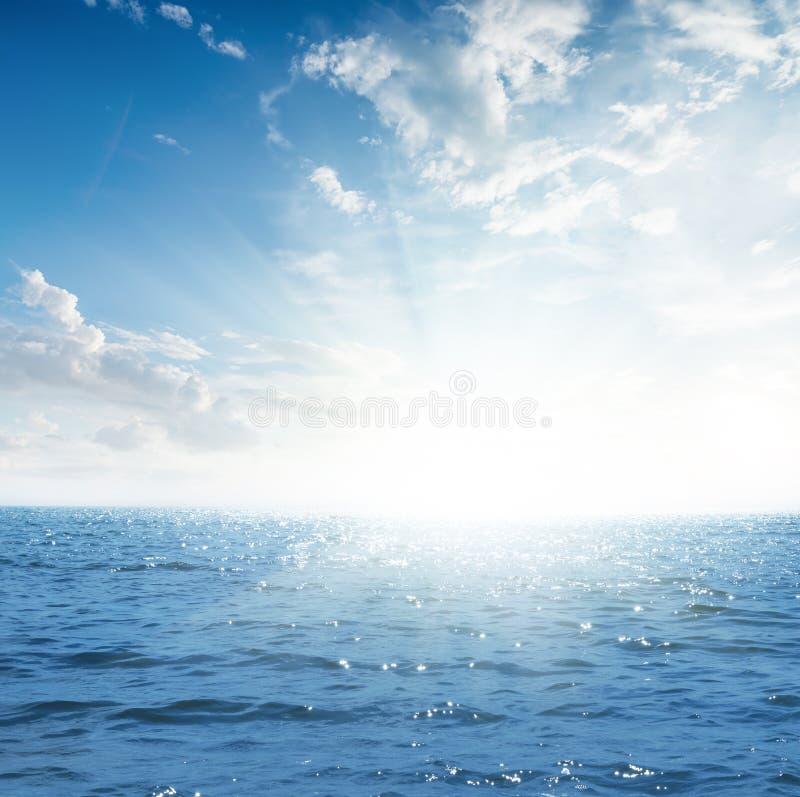 Zmierzch w niebie z chmurami nad błękitnym morzem fotografia stock