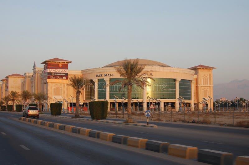 Zmierzch w Rasa al Khaimah, Zjednoczone Emiraty Arabskie patrzeje RAKA centrum handlowe wzdłuż Khuzam drogi zdjęcie royalty free