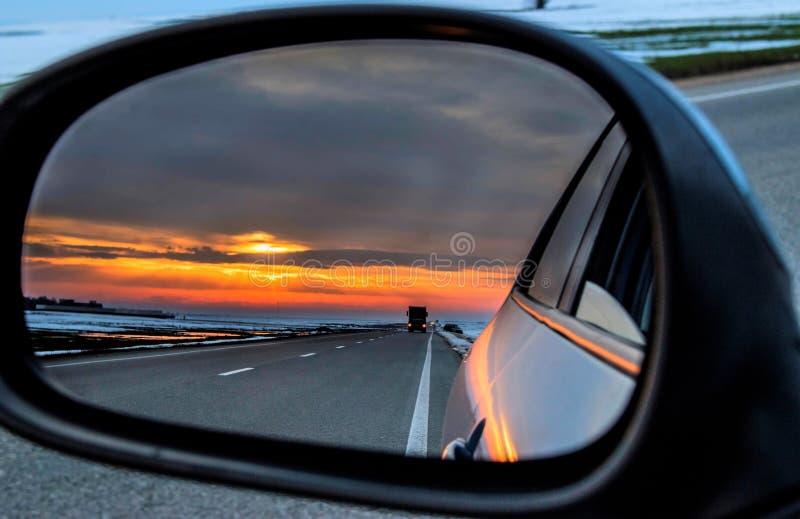 Zmierzch w rearview lustrze fotografia royalty free