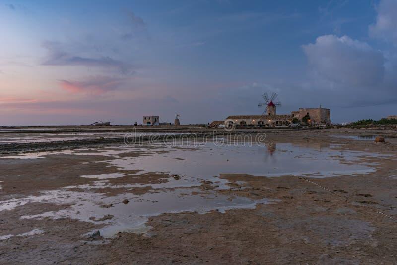 ZMIERZCH W SICILY, TRAPANI soli mieszkania zdjęcie stock