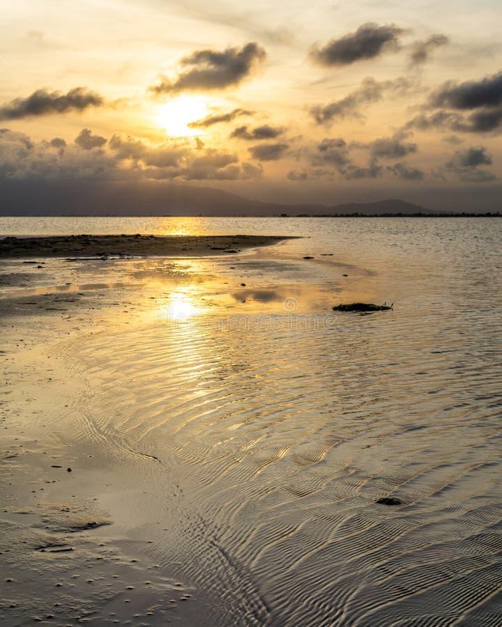 Zmierzch w spokojnym morzu rzeka obrazy royalty free