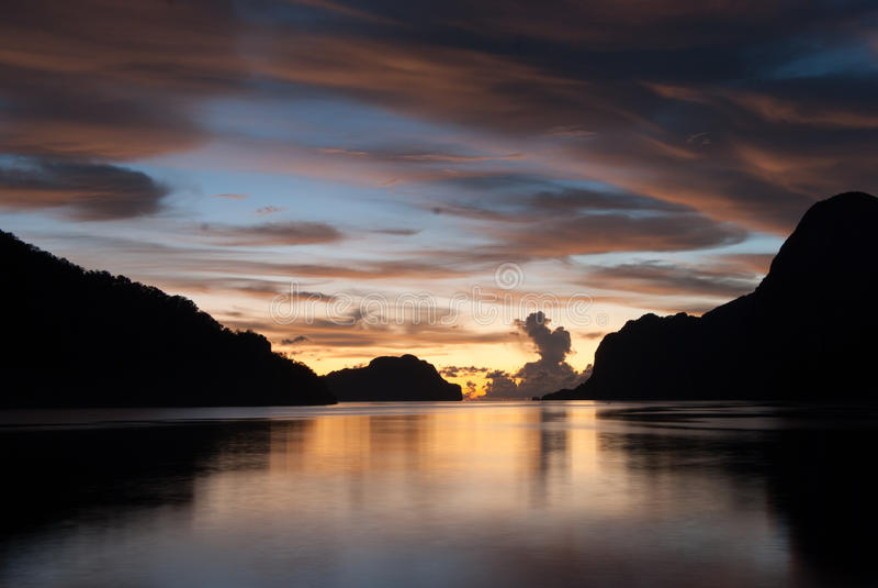 Zmierzch w zadziwiających colours w El Nido, Palawan wyspa zdjęcia stock