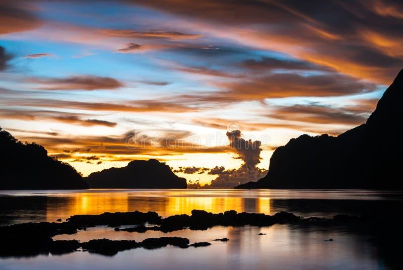 Zmierzch w zadziwiających colours w El Nido, Palawan wyspa fotografia stock