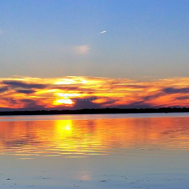 Zmierzch wspaniały relaksuje piękną spokojną spokojną Wisconsin zdobycza momentu słońca zmierzchu odbicia wody jeziora ryba obozu zdjęcia stock