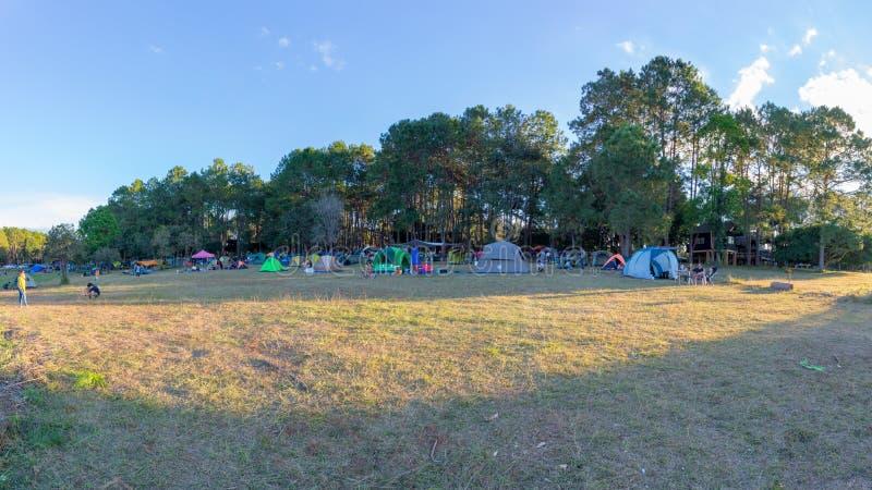 Zmierzch z świateł słonecznych sunrays lub sunbeams przy Thung Salaeng Luang parkiem narodowym, ludzie jest campingowym namiotem obrazy royalty free