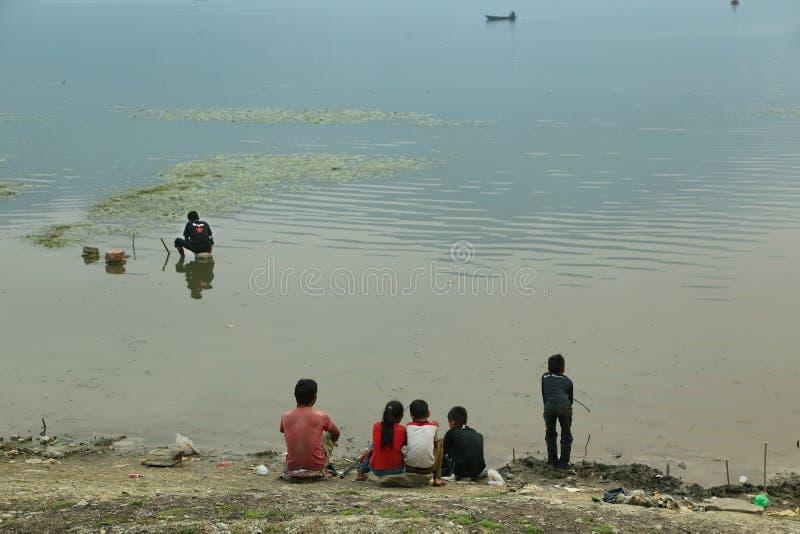 Zmierzch z czerwonym słońcem przy Fewa jeziorem w Pokhara zdjęcia stock