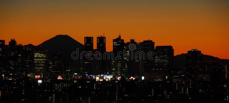 Zmierzch z górą Fuji i Shinjuku obrazy stock