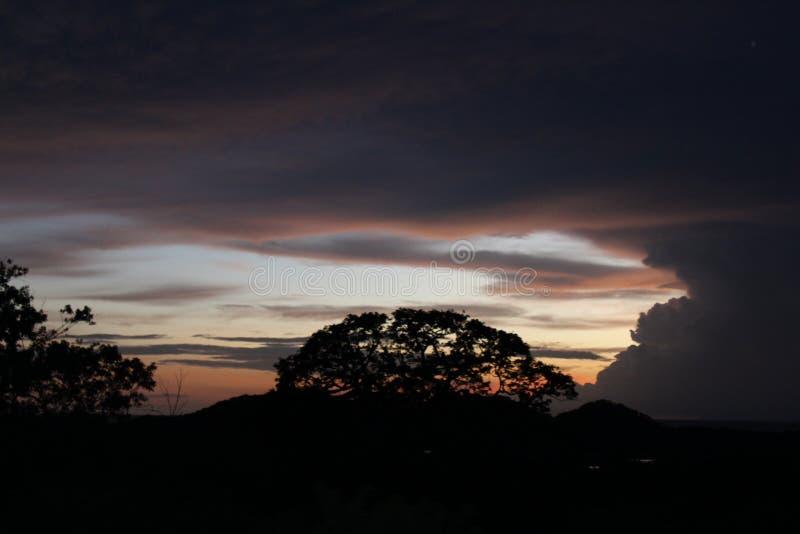 Zmierzch z wyłaniać się burz chmury obrazy stock
