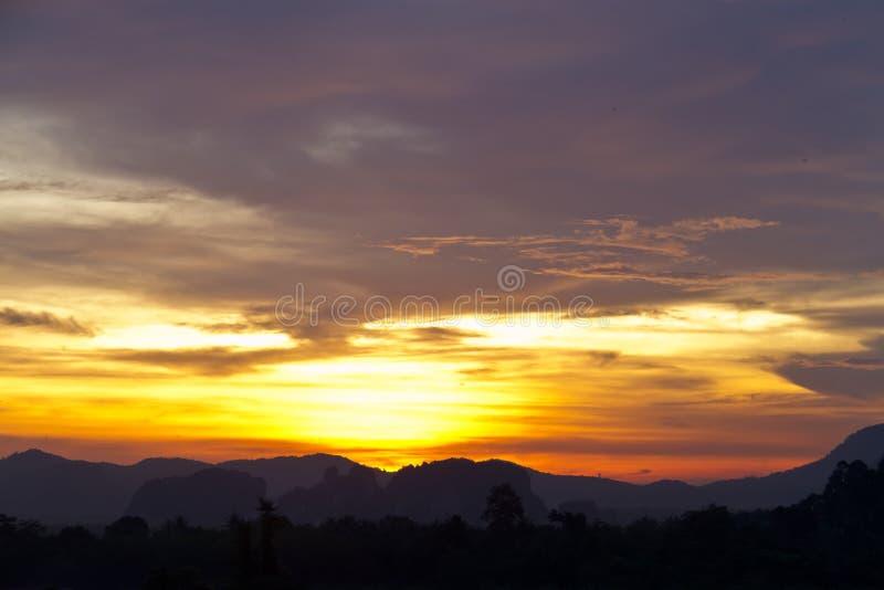 Zmierzch za górami i zmierzch zaświecamy w niebie fotografia royalty free