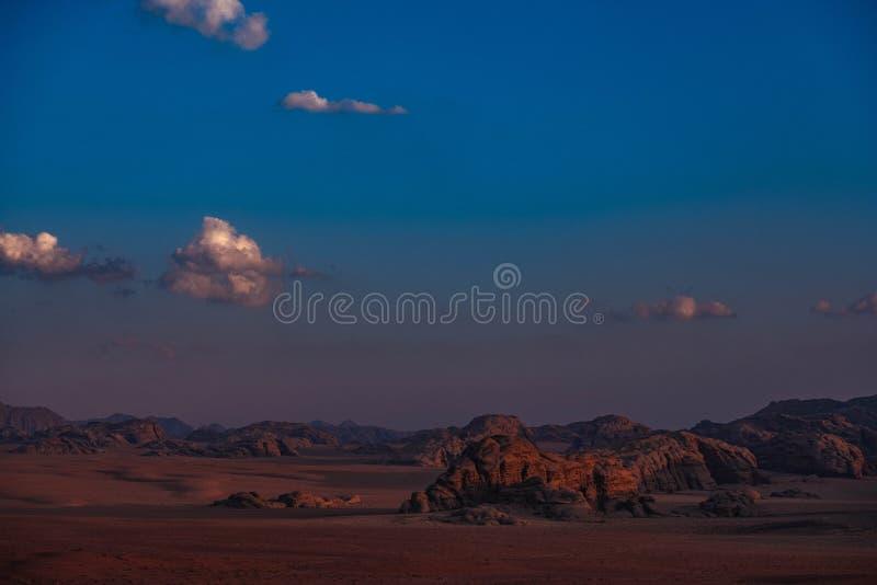 Zmierzchowy światło w wadiego rumu pustyni Pustynna scena zdjęcie royalty free