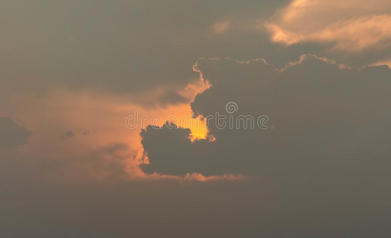 Zmierzchu zmierzchu chmura z słońce promieniem behind fotografia stock