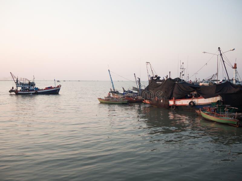 Zmierzchu czas przy rybaka portem w Tajlandia obraz royalty free