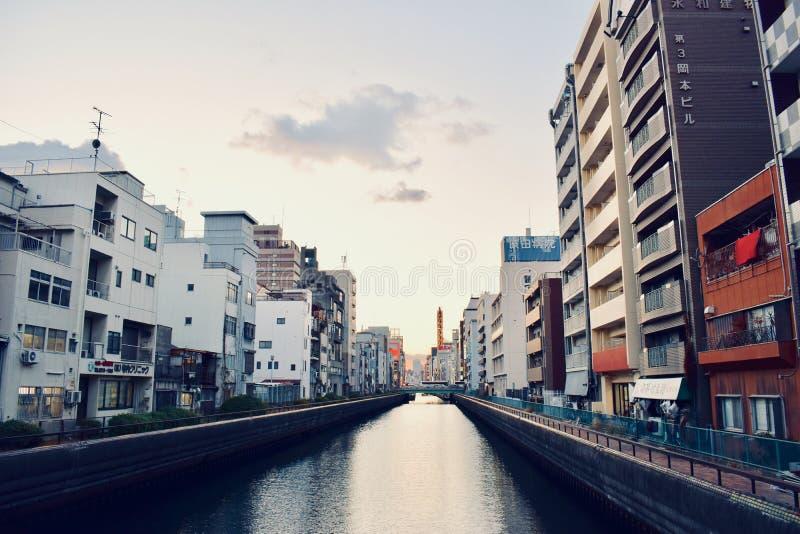 Zmierzchu czas shinsaibashi biznesowego zakupy gromadzka rzeka w Osaka Japonia fotografia stock