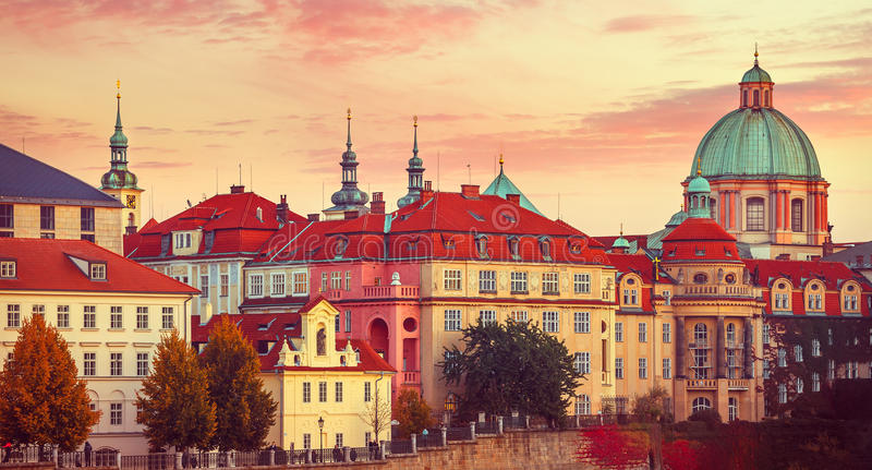 Zmierzchu dachu domu miasta stara jesień Praga obraz stock