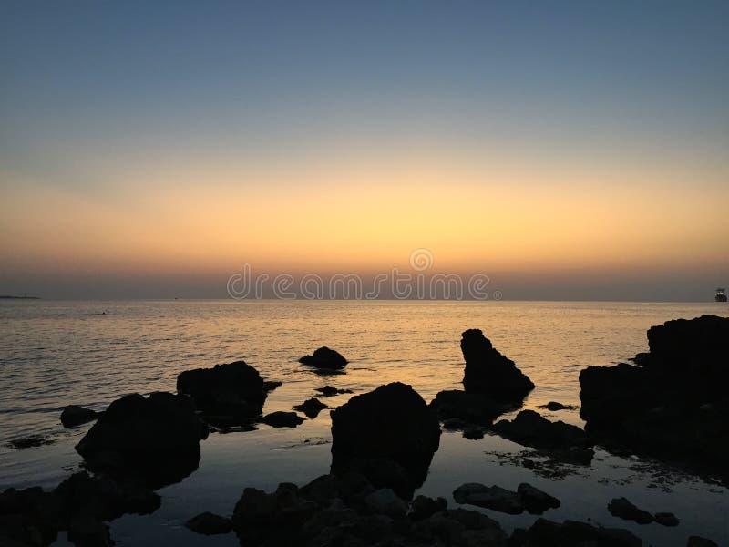 Zmierzchu krajobraz denny skalisty wybrzeże zdjęcia royalty free