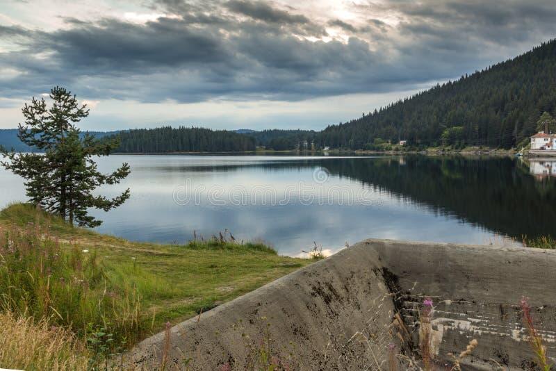 Zmierzchu krajobraz Golyam Beglik rezerwuar, Pazardzhik region, Bułgaria zdjęcia stock