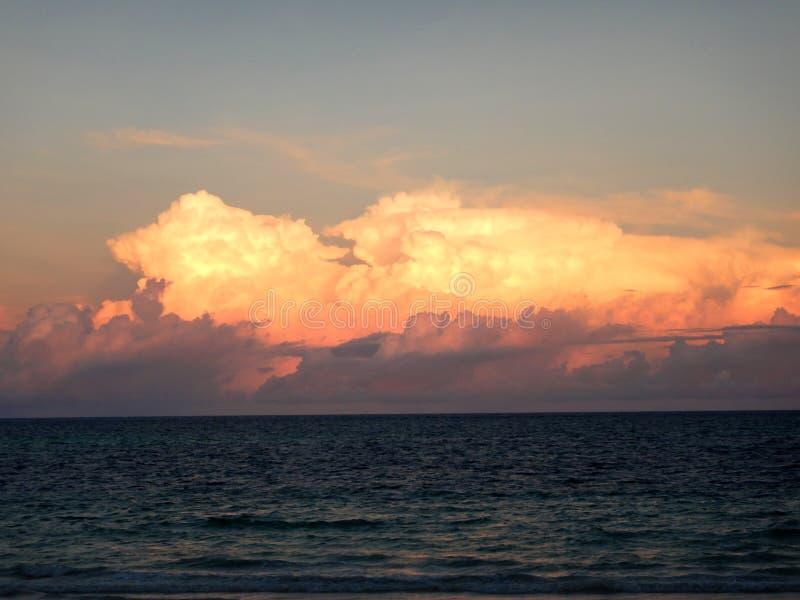Zmierzchu krajobraz przy oceanem indyjskim, duża pomarańcze chmurnieje nad wodą przy latem obrazy royalty free