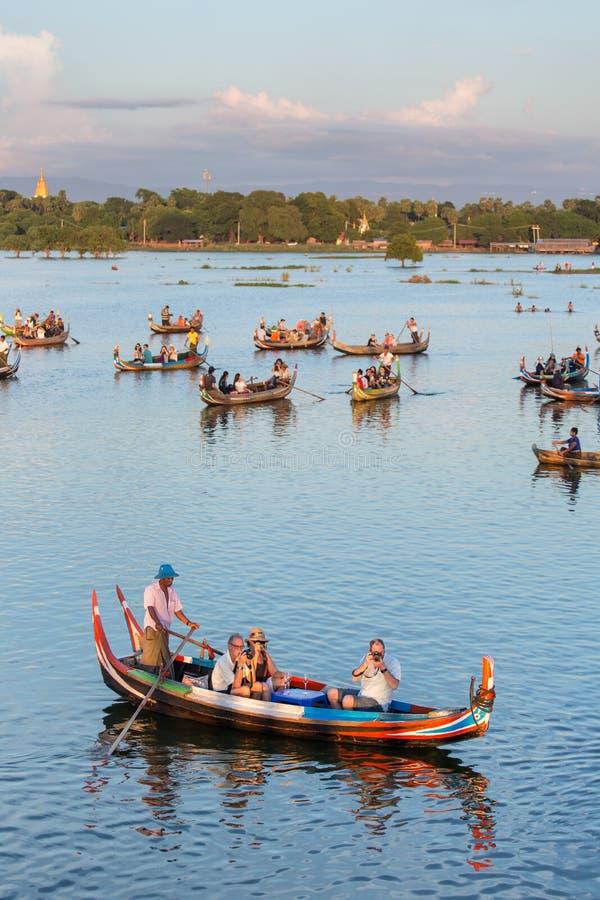 Zmierzchu krajobraz z łodziami blisko sławnego U Bein mosta blisko Mandalay w Myanmar zdjęcie royalty free