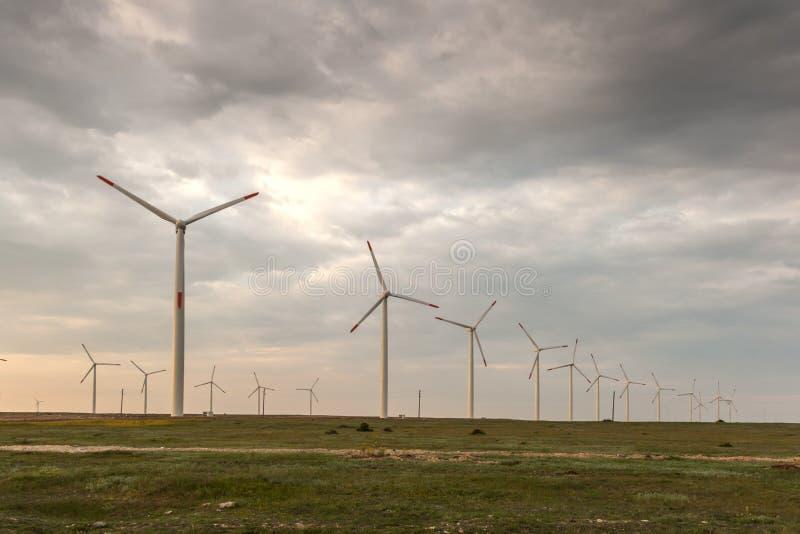 Zmierzchu krajobraz z silnikami wiatrowymi blisko Kaliakra przylądka przy Czarnym Dennym wybrzeżem, Dobrich region, Bułgaria zdjęcie royalty free