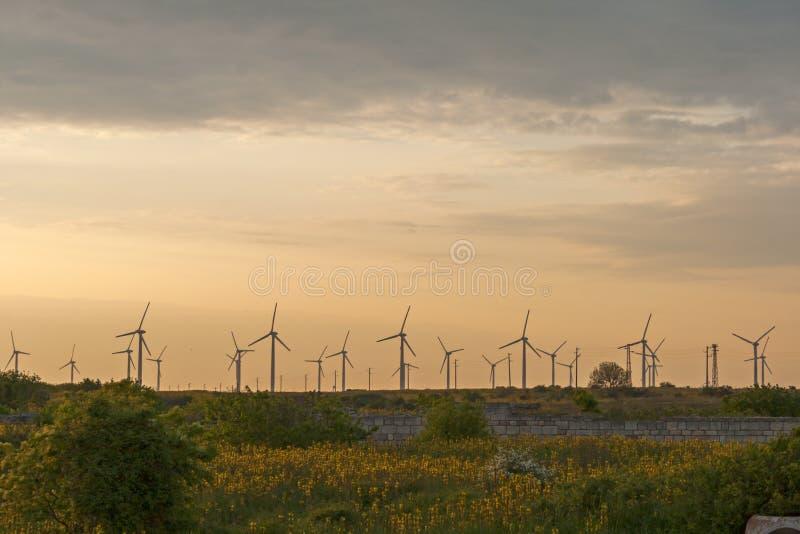 Zmierzchu krajobraz z silnikami wiatrowymi blisko Kaliakra przylądka przy Czarnym Dennym wybrzeżem, Dobrich region, Bułgaria fotografia stock