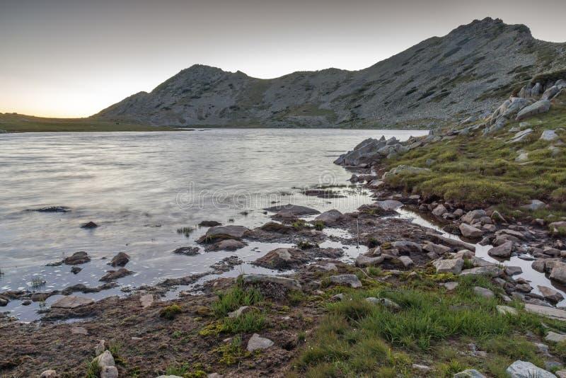 Zmierzchu krajobraz z Valyavishki chukar szczytem, Tevno jeziorem i, Pirin góra zdjęcia stock