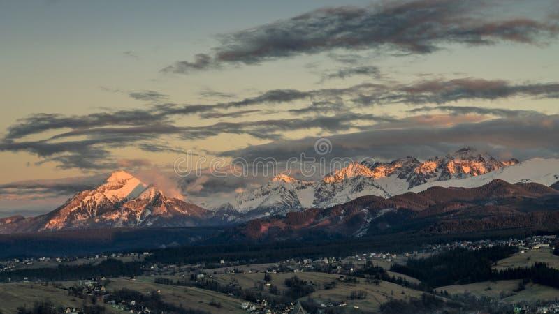 Zmierzchu krajobrazowy widok Wysokie Tatrzańskie góry z śniegiem podczas wiosny w Sistani od Zakopane, Polska obraz stock