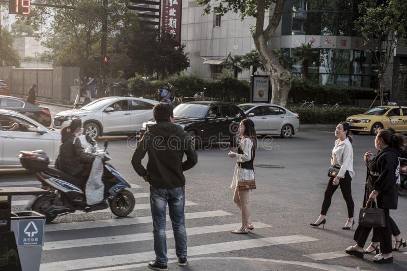 Zmierzchu miasta sceneria, pedestrians, natężenie ruchu drogowego zdjęcia stock