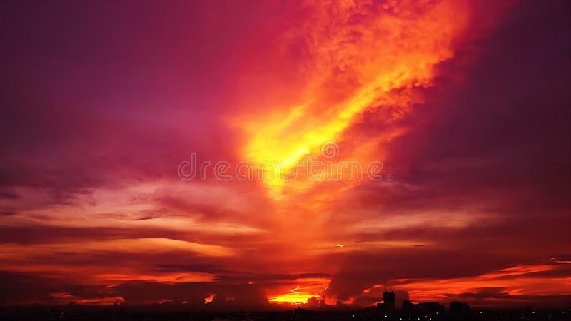 Zmierzchu Mroczny niebieskie niebo widzii pięknego purpurowego natury tło fotografia stock