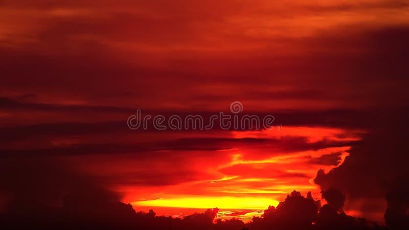 Zmierzchu Mroczny niebieskie niebo widzii pięknego purpurowego natury tło obrazy royalty free