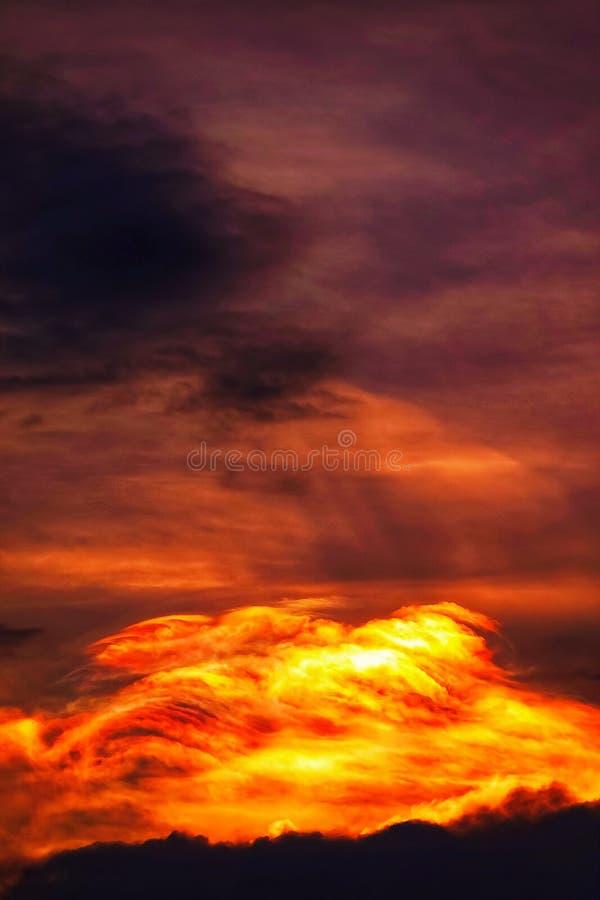 Zmierzchu Mroczny pomarańczowy niebo widzii piękną purpurową naturę płaski tło obrazy stock