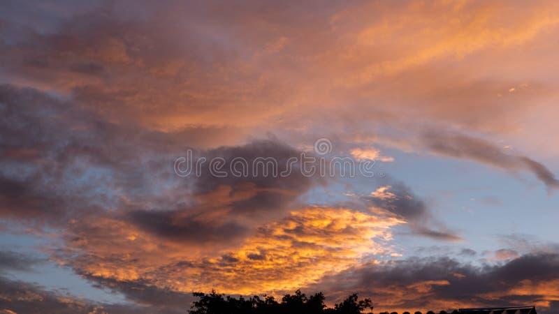 Zmierzchu Mroczny pomara?czowy niebo widzii pi?kn? purpurow? natur? p?aski t?o zdjęcia stock