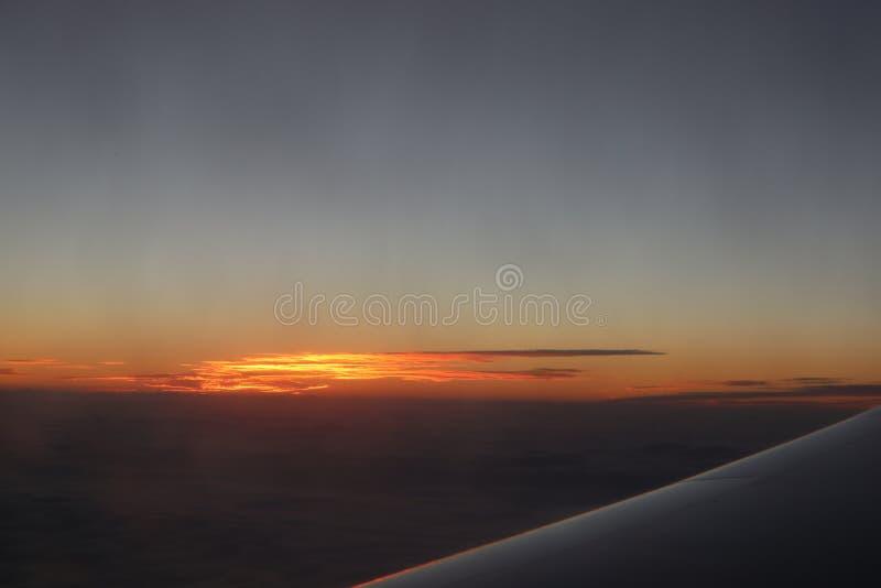 Zmierzchu nieba stratosfery tło Pięknego widok z lotu ptaka above chmury z zmierzchem Samolotowy widok piękny zmierzchu widok od  fotografia stock